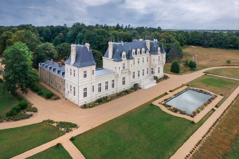vue d'un chateau par drone près d'ANgers